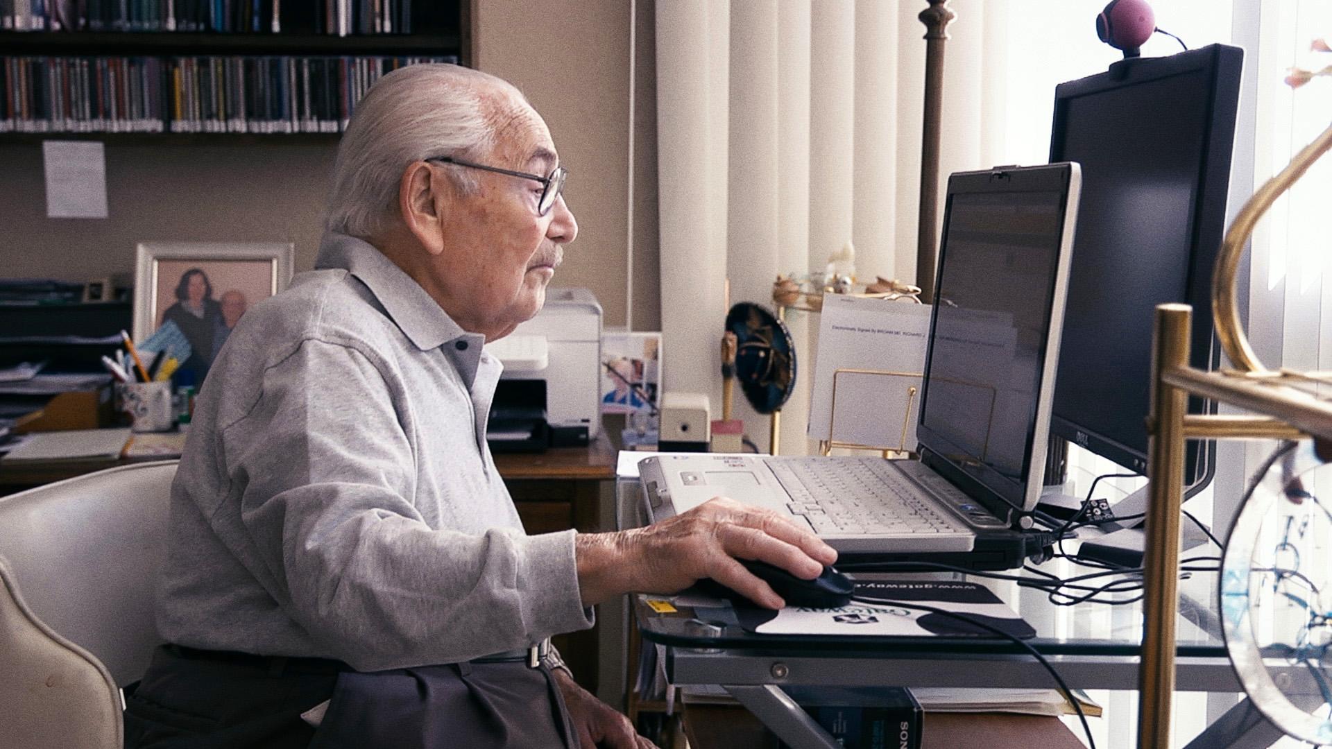 Der 100-jährige Abraham am Computer